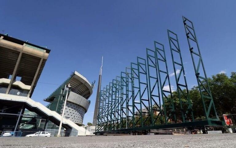 El Real Betis comienza a montar el videomarcador de Gol Sur